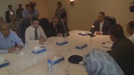 الرئيس هادي يعفي بحاح من منصبيه