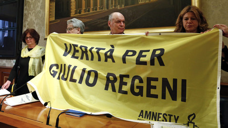"""عائلة ريجيني تحمل لافتة مكتوب فيها """"الحقيقة لجوليو ريجيني"""""""
