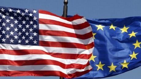علم الولايات المتحدة والاتحاد الأوروبي(صورة أرشيفية)