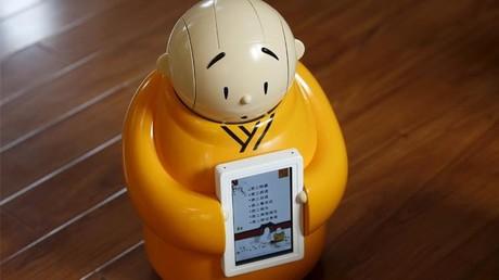 راهب روبوتي يدمج بين البوذية والعلم في معبد صيني