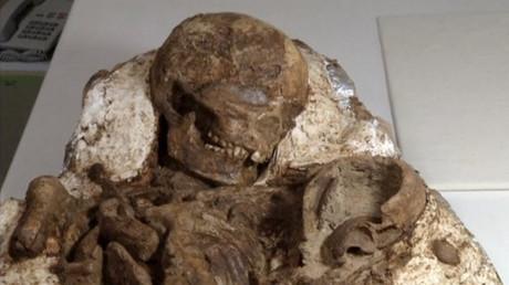أم تحتضن ابنها منذ 4800 عام في تايوان