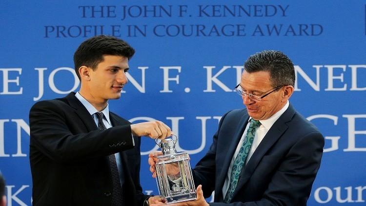 تكريم حاكم ولاية كونيتيكت لاستقباله لاجئين