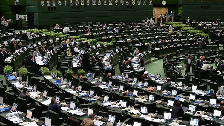أكثر من 100 نائب يطلبون من روحاني إيقاف الاتفاق النووي مع واشنطن
