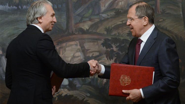 الخارجية الروسية توقع اتفاقا مع
