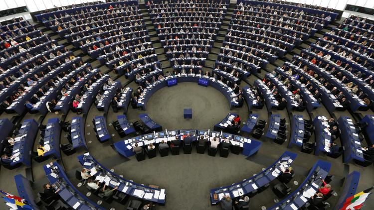 برلمان أوروبا يعلق بحث إلغاء التأشيرات للأتراك