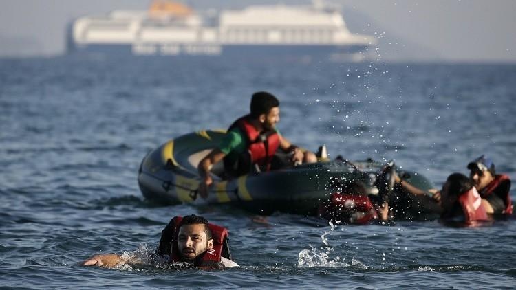 مهاجرون سئموا البقاء في اليونان فعادوا سباحة