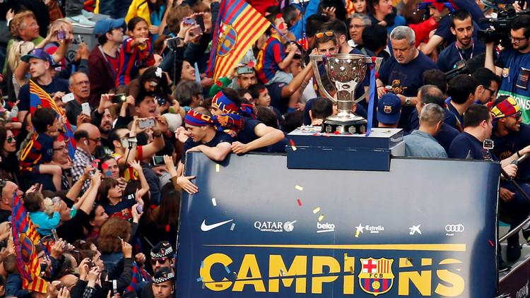 حافلة برشلونة تجوب الشوارع احتفالا باللقب (صور)