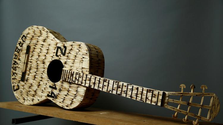 آلة جيتار صنعها يانوش أوربانسكي من عيدان الكبريت