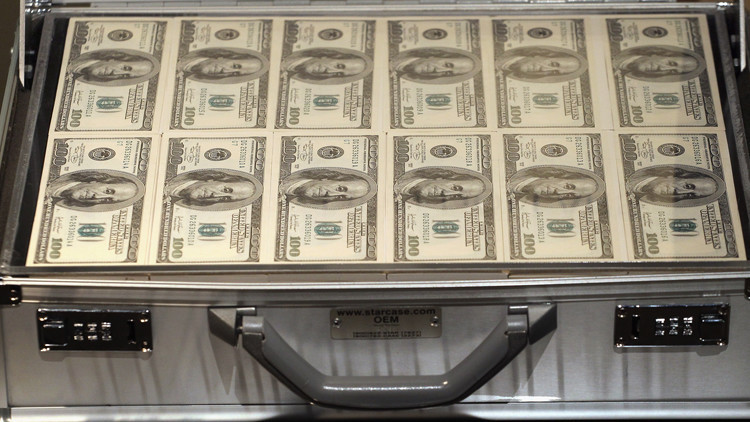 قوة الدولار تدفع بأسعار النفط إلى الهبوط