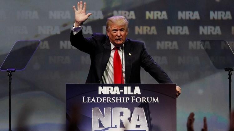 لوبي السلاح يدعم ترامب في سباق الرئاسة
