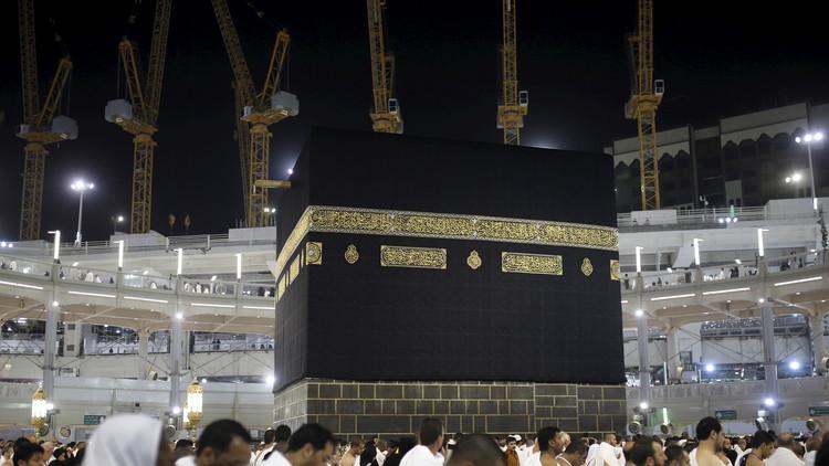 خطيب المسجد الحرام يحذر من تسييس الحج