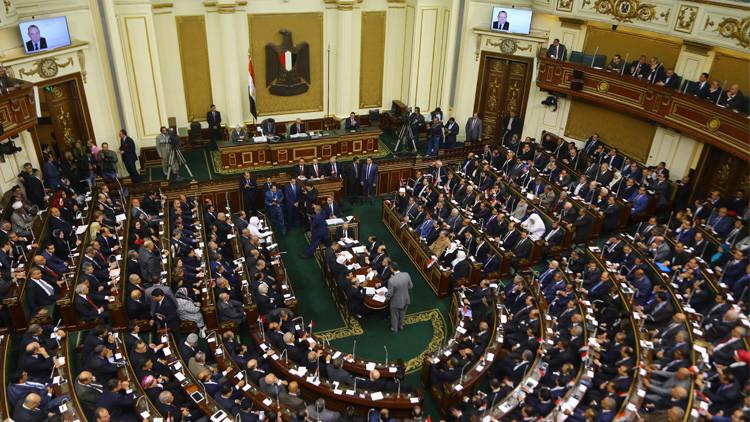 البرلمان المصري يهدد نوابه
