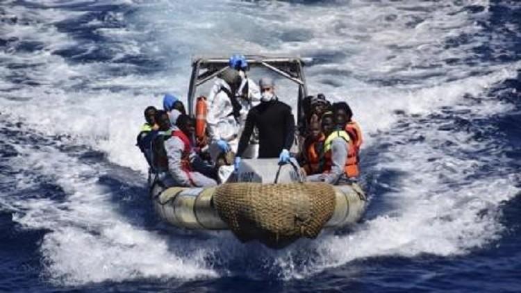 شهود عيان: غرق مركب يحمل نحو 400 مهاجر