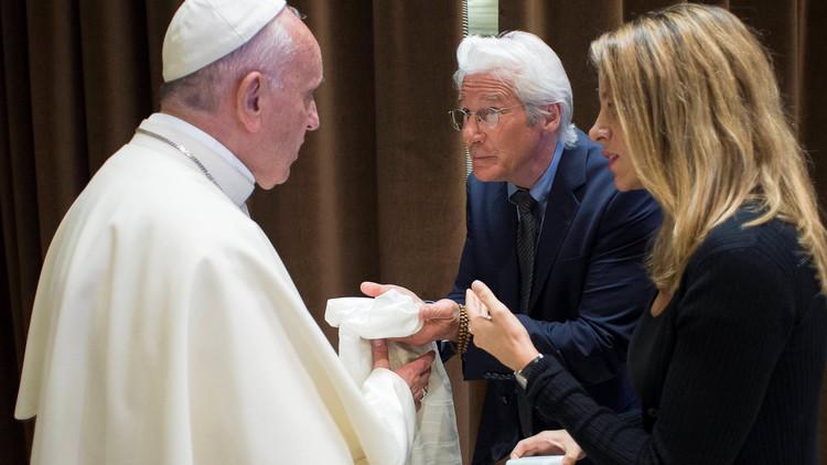 بابا الفاتيكان يكرم نجوم هوليوود!