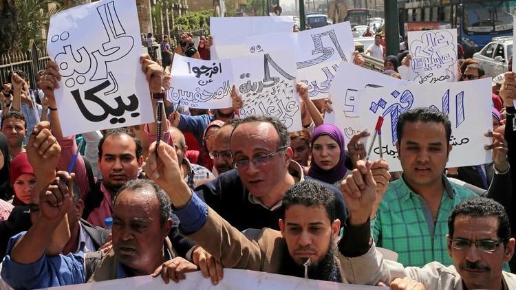 احتجاز نقيب الصحفيين المصريين في القاهرة