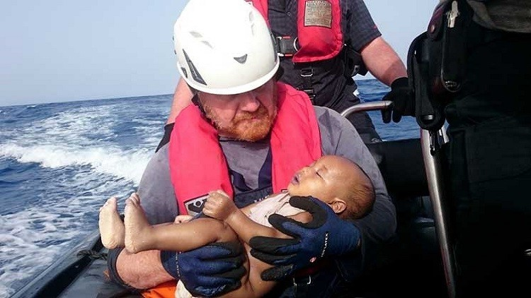 نشر صورة رضيع مهاجر قضى غرقا!