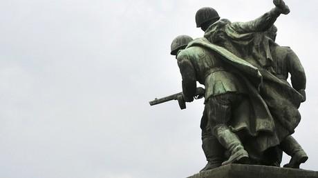 نصب يمثل الجيش السوفيتي في وارشو ببولندا