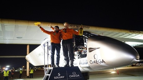 الطياران أندريه بورشبيرغ وبيرتران بيكار أمام الطائرة سولار إمبلس – 2