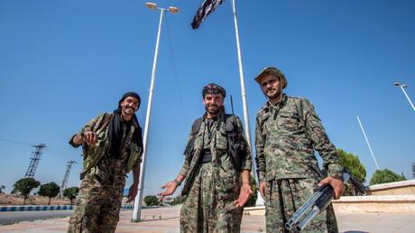 مقاتلون أكراد بعد تحرير تل أبيض. صورة من الأرشيف