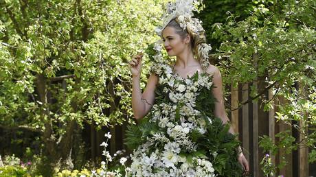 عارضة في ثوب من الأزهار خلال معرض تشلسي للزهور في لندن.