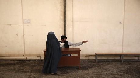 باكستان.. قانون جديد يمنح للرجل حق ضرب زوجته