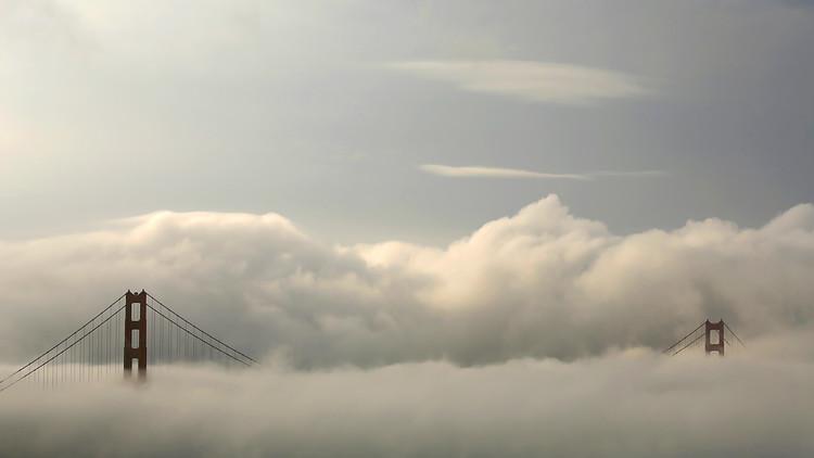 الضباب يحيط بجسر الباب الذهبي في سان فرانسيسكو