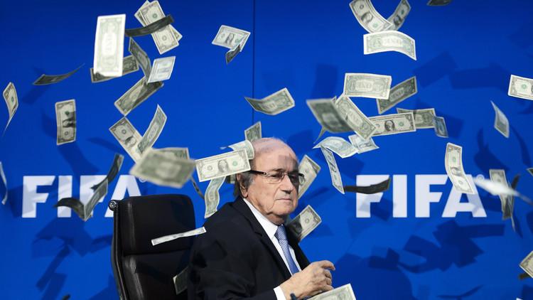 بلاتر يتقاسم 80 مليون دولار مع مساعدين له