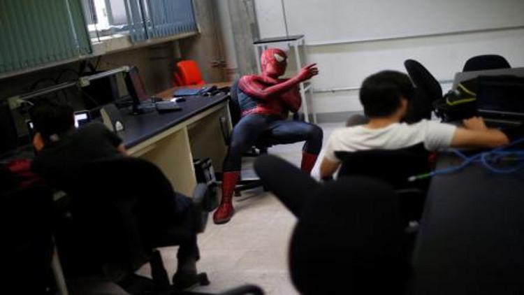 بالصور.. سبايدرمان يمتهن التدريس في المكسيك
