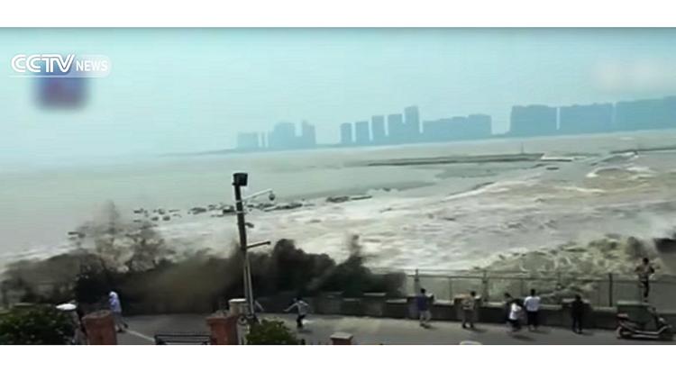 موجة مد تفاجىء المارة على ضفة نهر فى الصين