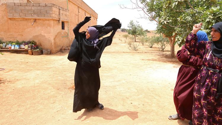 سوريات يخلعن النقاب بعد تحرير قريتهن من