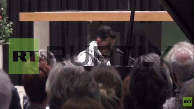 لاجئ سوري يبهر الحاضرين بأدائه الموسيقي في برلين