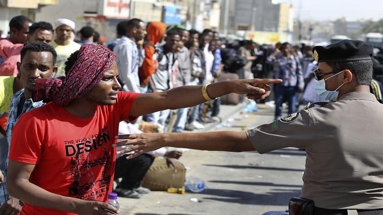 السعودية تعترض 122 مهاجرا