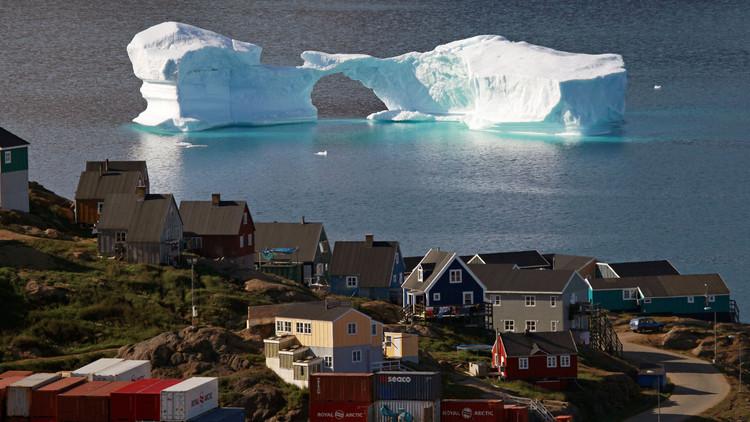 جبل جليدي عائم بالقرب من أحد الموانئ شرق غرينلاند