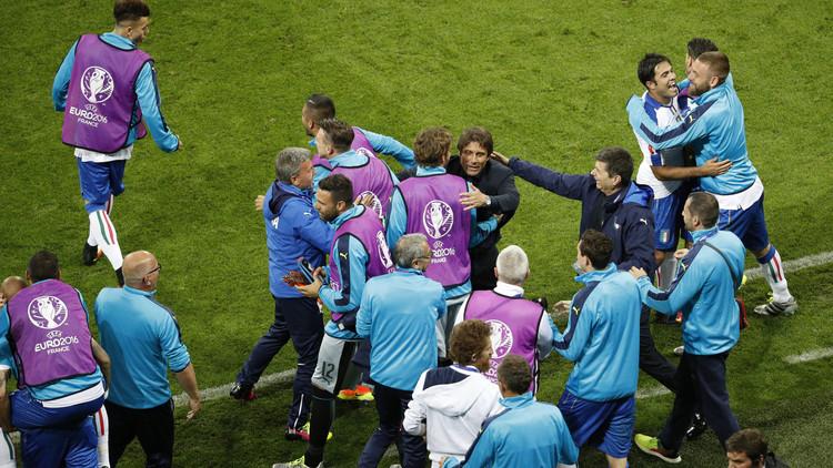 فيديو .. إصابة مدرب إيطاليا من شدة الفرحة
