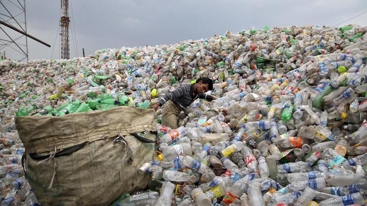 العلماء يكتشفون طريقة فعالة لتحويل أكياس البلاستيك إلى وقود سائل