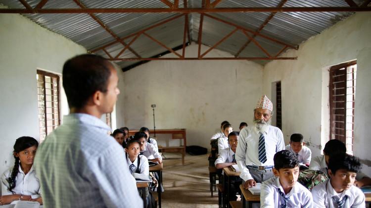 أكبر تلميذ في نيبال عمره 68 عاما