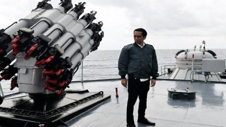 رئيس إندونيسيا يبحر في منطقة نزاع مع الصين