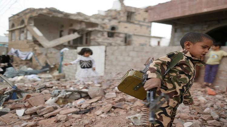 طفل يمني يحمل سلاحا في صورة تعبر عن تداعيات الأزمة اليمنية