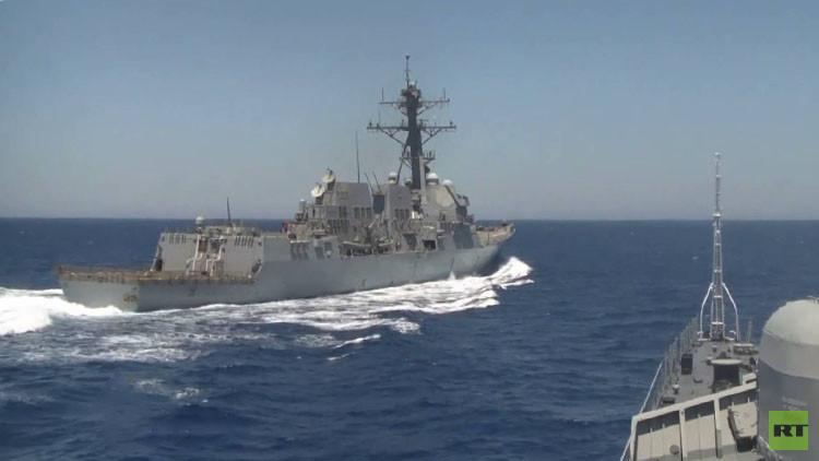 مدمرة تقترب من سفينة روسية إلى مسافة خطيرة
