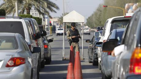 ضابط يفتش سيارات في القطيف