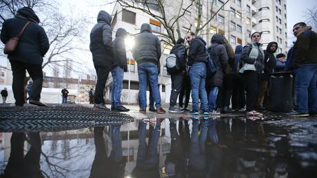 مهاجرون ينتظرون تسجيلهم في قوائم اللاجئين بمكتب الصحة والشؤون الاجتماعية في برلين