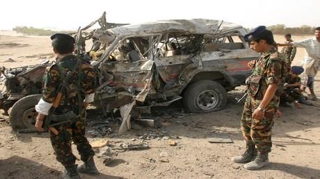 جنود يمنيون قرب سيارة تابعة للقاعدة اصابتها طائرة بدون طيار أمريكية - أرشيف