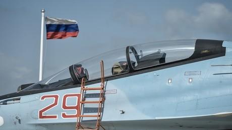 """مقاتلة """"سو-30"""" تابعة للقوات الجوية الروسية في قاعدة حميميم الجوية في محافظة اللاذقية في سوريا"""
