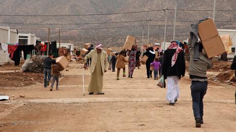 إيزيديين يعيشون في مخيم للنازحين