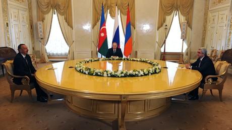 سيرج ساركسيان وفلاديمير بوتين وإلهام علييف