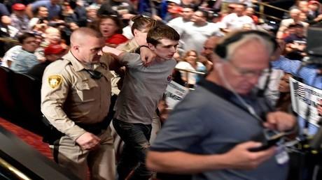 لحظة القبض على مايكل ستيفن سانفورد الذي حاول اغتيال ترامب في 17 يونيو/حزيران