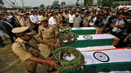تشييع رجال أمن هندي قتلوا على يد مسلحين