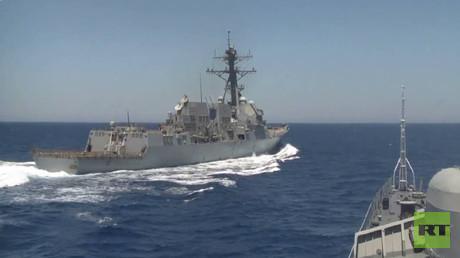 الاقتراب الخطير بين السفينتين الروسية والامريكية