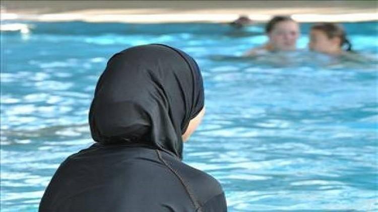 سويسرا تحرم مسلمتين من الجنسية لرفضهما السباحة مع ذكور