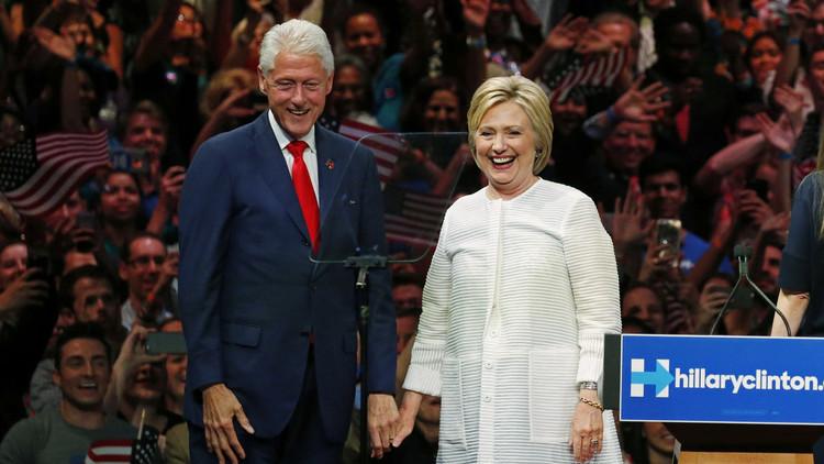 لقاء مريب يجمع بيل كلينتون بوزيرة العدل الأمريكية